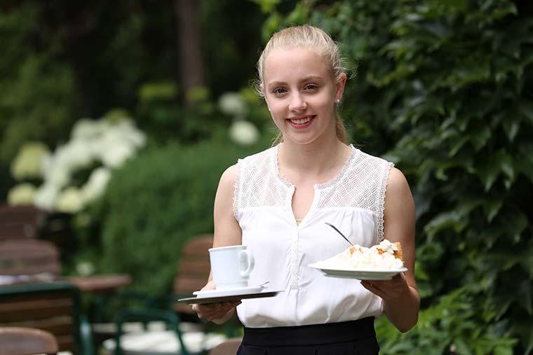Bedienung mit Kaffee und Kuchen