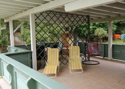 Liegestühle vor der Ferienwohnung